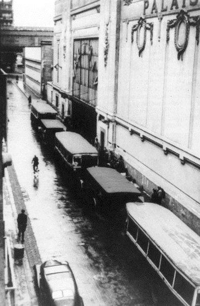 Bus devant l'entrée du Vél' d'Hiv' lors de la rafle de juillet 1942