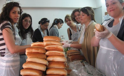 Distribution de colis de nourriture par le Jaffa Institute
